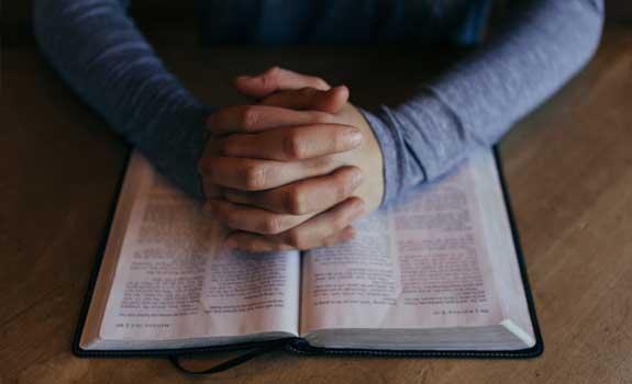 caucasian_praying_hands_575